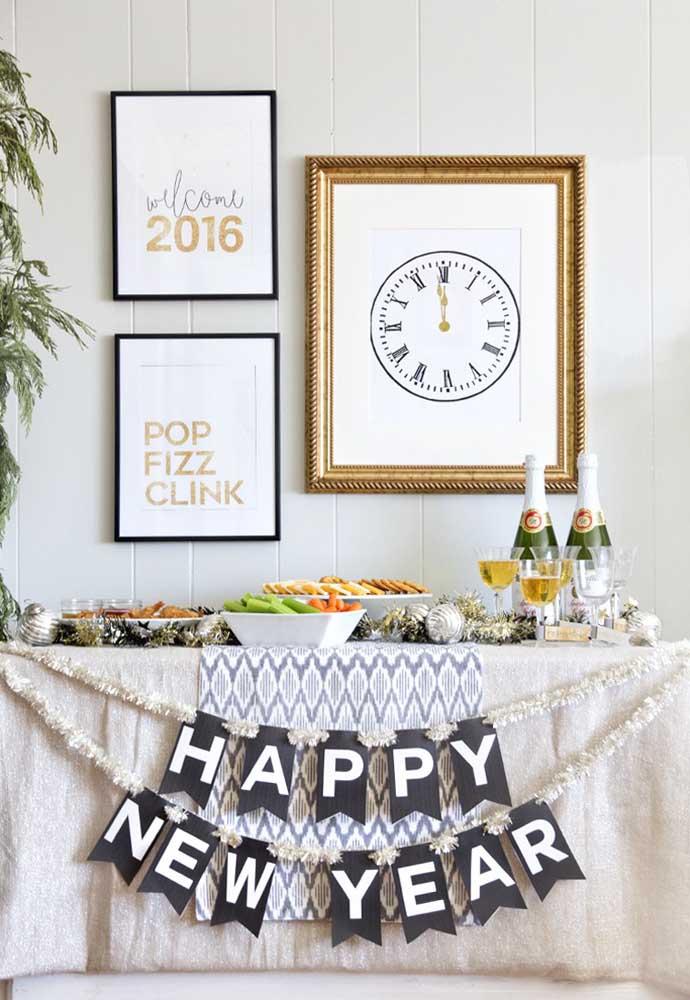 """O letreiro """"Feliz Ano Novo"""" já faz parte desse momento especial."""