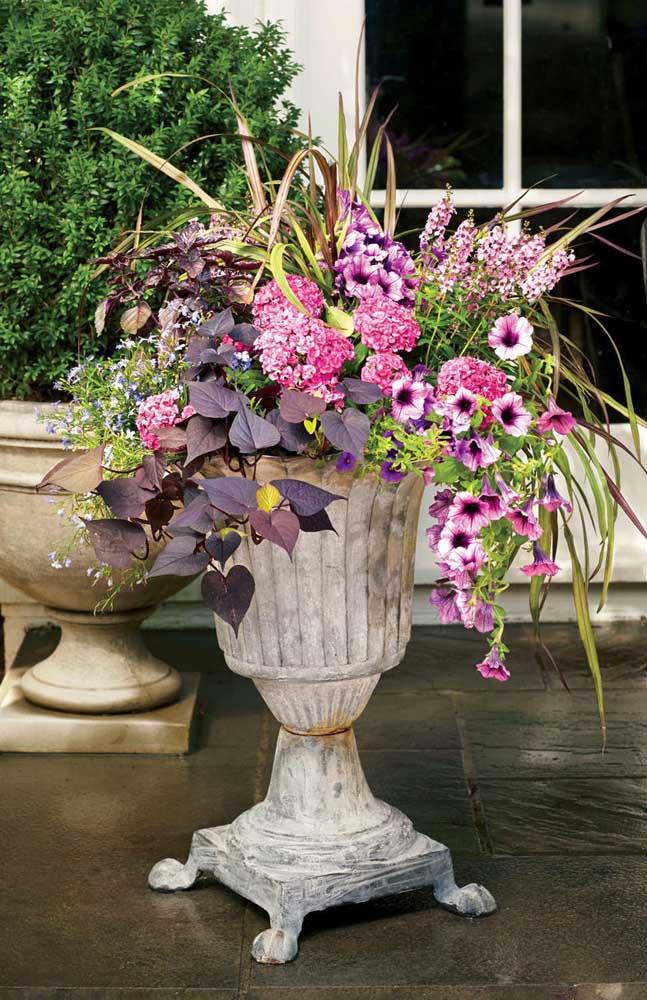A petúnia mesclada integrada o mix de flores desse arranjo externo