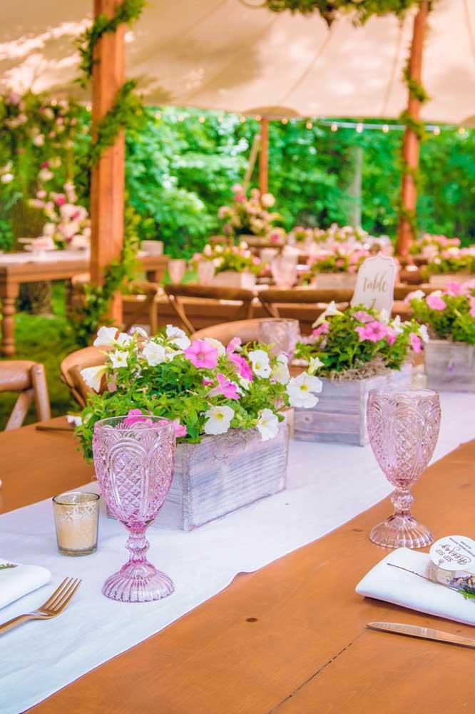 Festa de casamento decorada com vasos de petúnias sobre as mesas