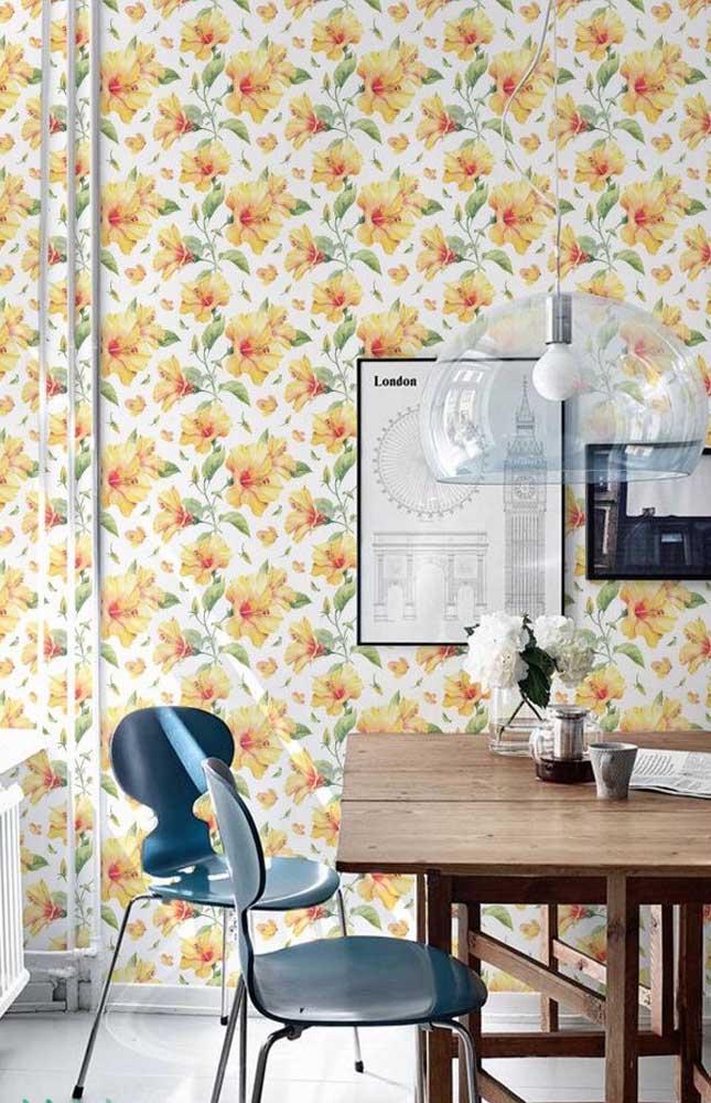 Frente ao papel de parede florido a petúnia quase nem aparece, mas ela está ali, no pequeno vasinho sobre a mesa
