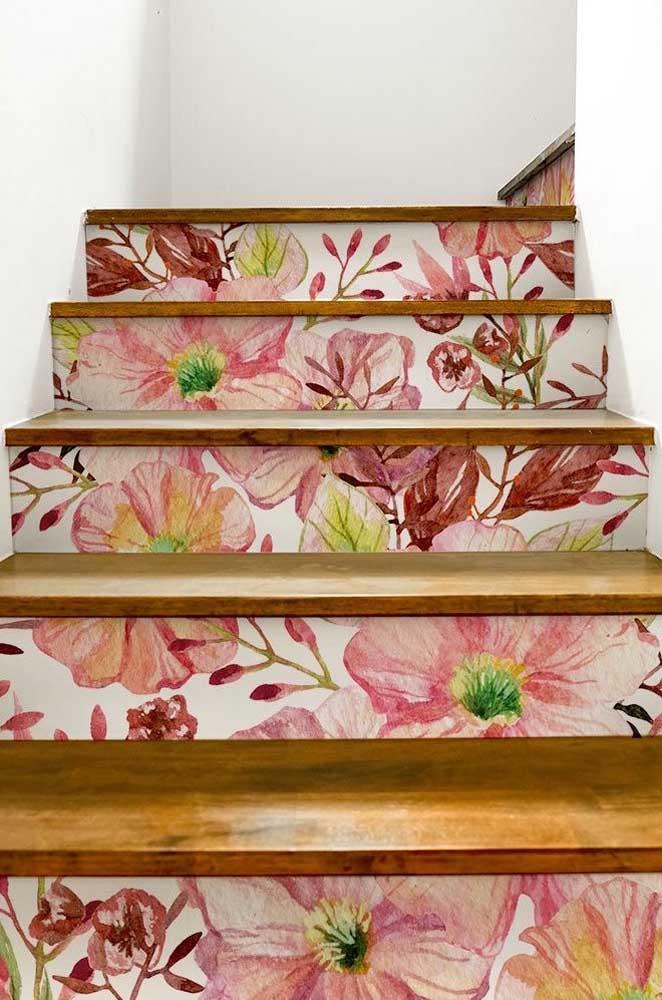 E o que acha dessa ideia? O papel de parede com estampa de petúnias foi colado junto aos degraus da escada