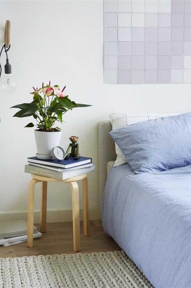 Vaso de antúrios na beira da cama