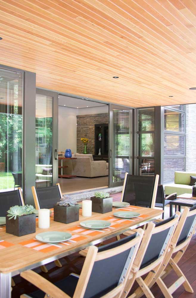 Que tal decorar a varanda gourmet do apartamento com vasinhos de Rosa de Pedra? Fica lindo!