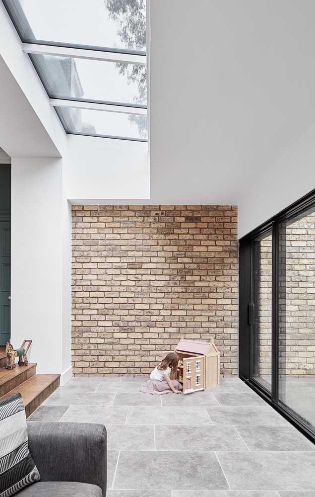 Nessa casa ampla, os tijolos ecológicos aparecem apenas em uma parte da parede