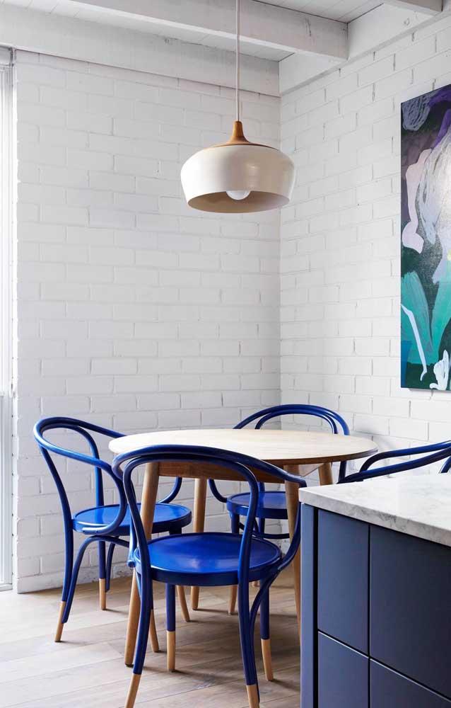 Casa ecológica vista por dentro; os tijolos pintados de branco deixam o ambiente elegantemente rústico e mais iluminado