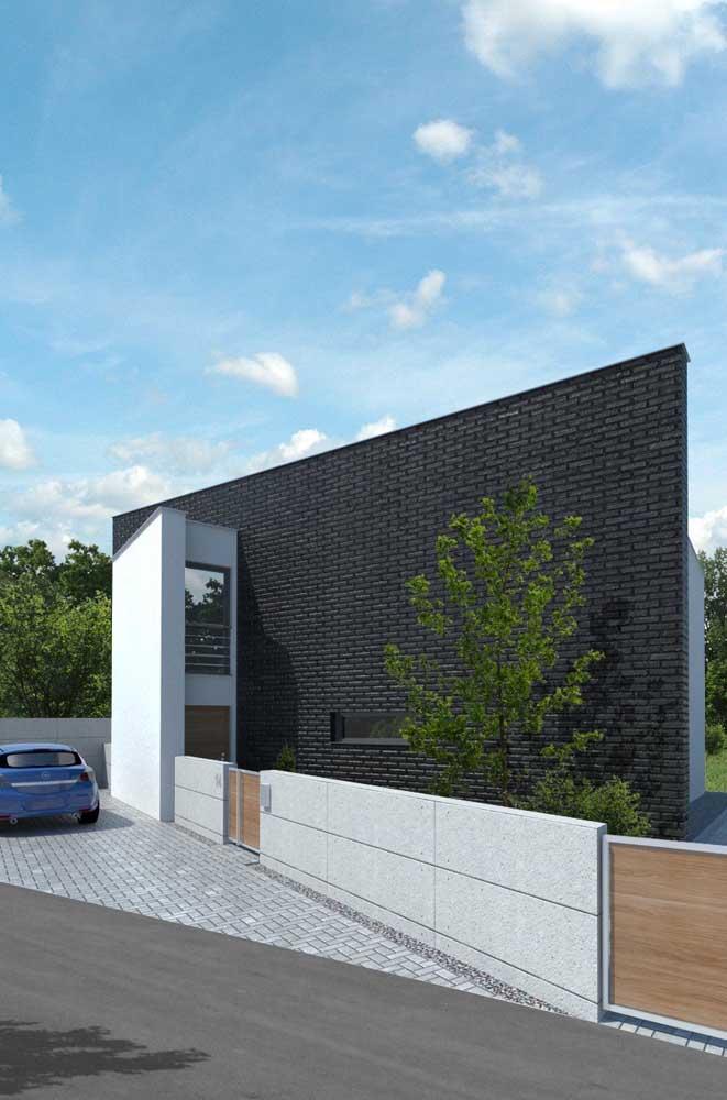 Fachada de casa moderna com apenas uma das paredes em tijolo ecológico