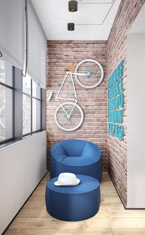 Se não puder investir em tijolos ecológicos de verdade, pode se contentar em ter ao menos a aparência deles usando papel de parede ou adesivo