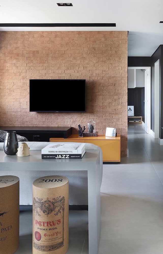 Dê um novo ar para sua casa com uma parede de tijolo ecológico na sala