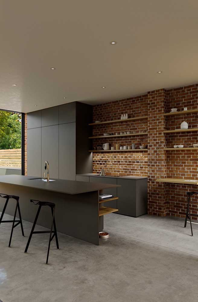 O rústico e o moderno se encontram nessa cozinha com parede de tijolinho