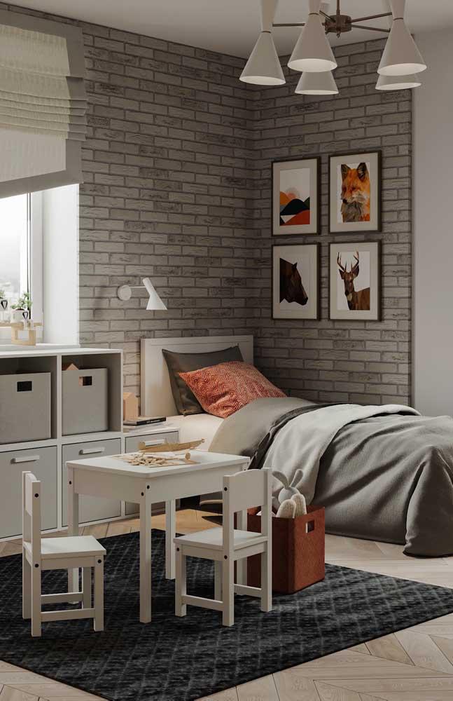 Os tijolos ecológicos cinzas deixam o quarto juvenil com uma aparência mais moderna