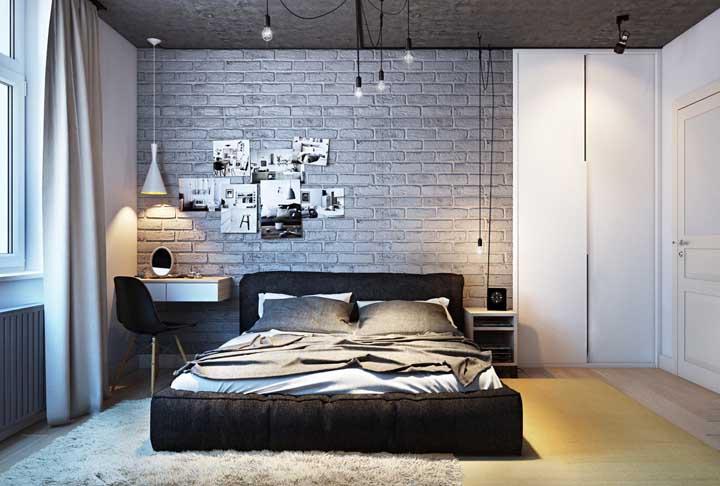 Quarto de casal com parede de tijolos aparentes; rústico e moderno no mesmo espaço