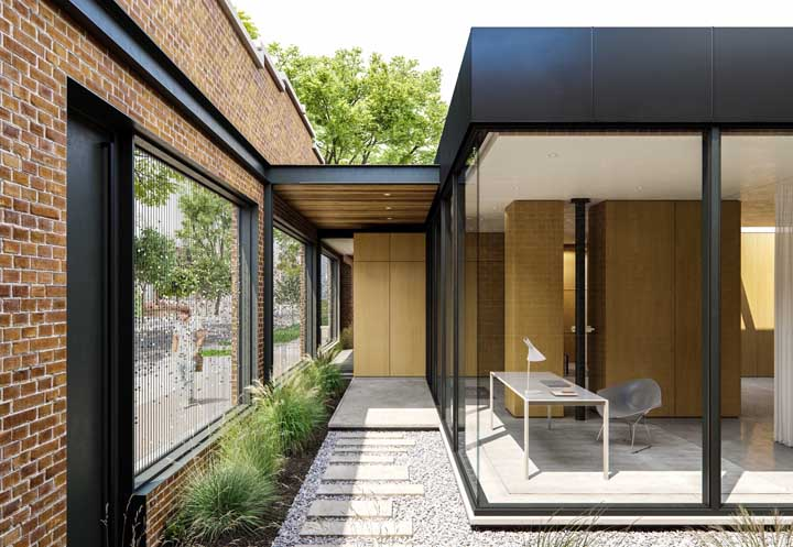 Metal e tijolo ecológico para uma fachada cheia de personalidade