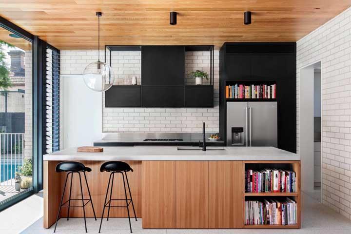 O tijolo ecológico branco ajuda a contrastar as peças em madeira da cozinha, mas sem perder destaque no ambiente