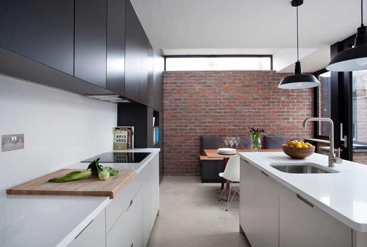Aqui, o tijolo ecológico vem para dar uma ligeira quebra na estética elegante e sóbria