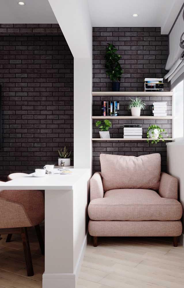 A casa de tijolo ecológico pode receber acabamento tradicional de reboco e massa fina em algumas partes e em outras permanecer com os tijolos aparentes