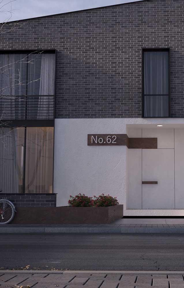 Fachada de uma casa moderna toda construída com tijolos ecológicos
