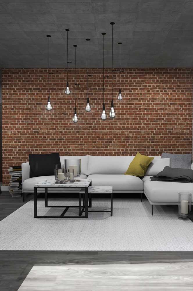 Sala em estilo industrial com paredes de tijolo ecológico