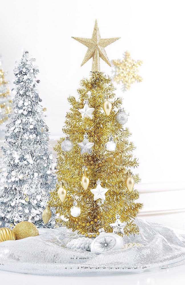 Essa decoração natalina mescla mini árvores de natal em tons de dourado e prata