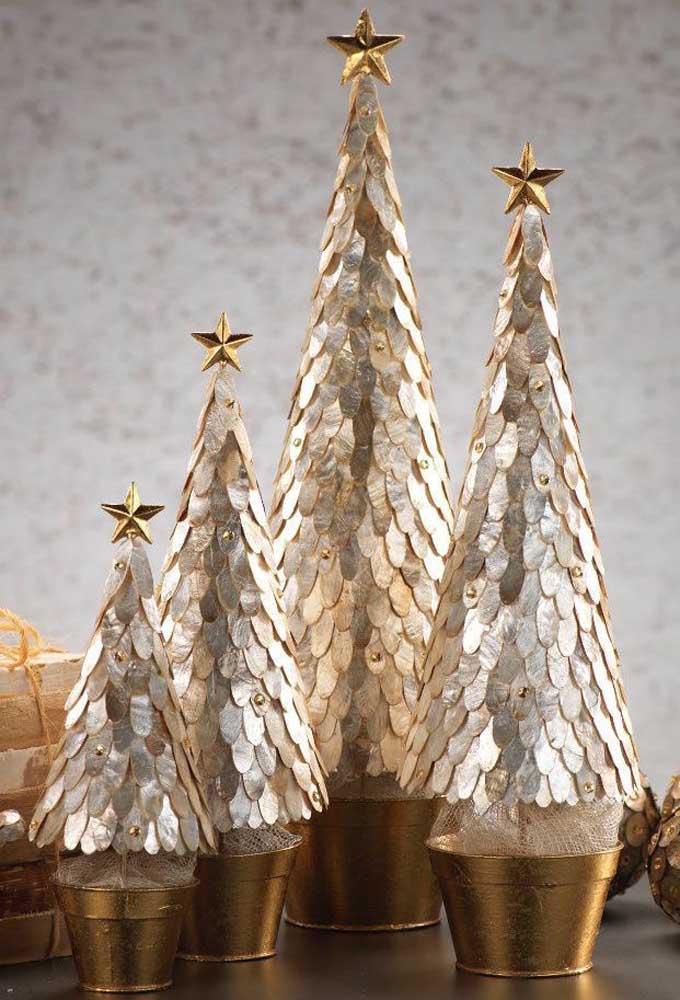 Já esse trio de árvores de natal douradas trazem uma aparência semelhante a escama de peixe