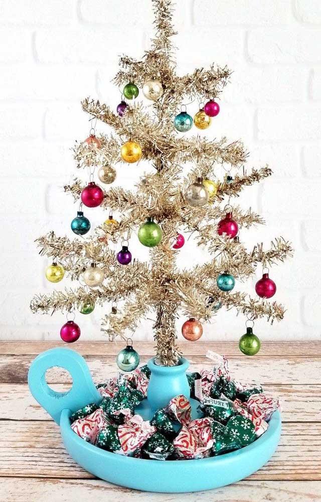 Modelo simples de árvore de natal dourada com enfeites coloridos