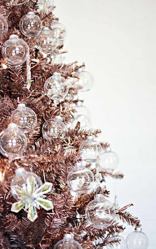 As bolinhas transparentes garantem um toque de delicadeza encantador à árvore de natal dourada
