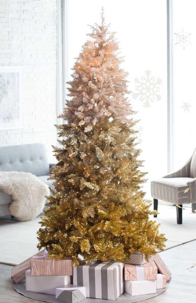 No meio da sala: o lugar de maior destaque no ambiente reservado para ela, a árvore de natal dourada