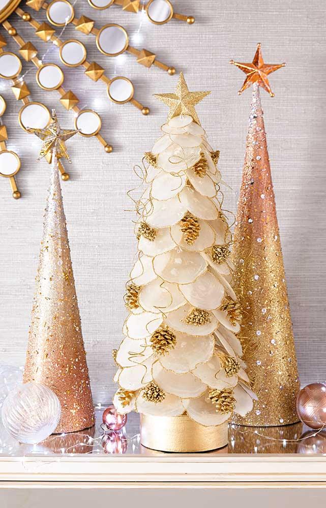 Três modelinhos pequenos e bem diferentes de árvore de natal dourada para serem usadas sobre os móveis