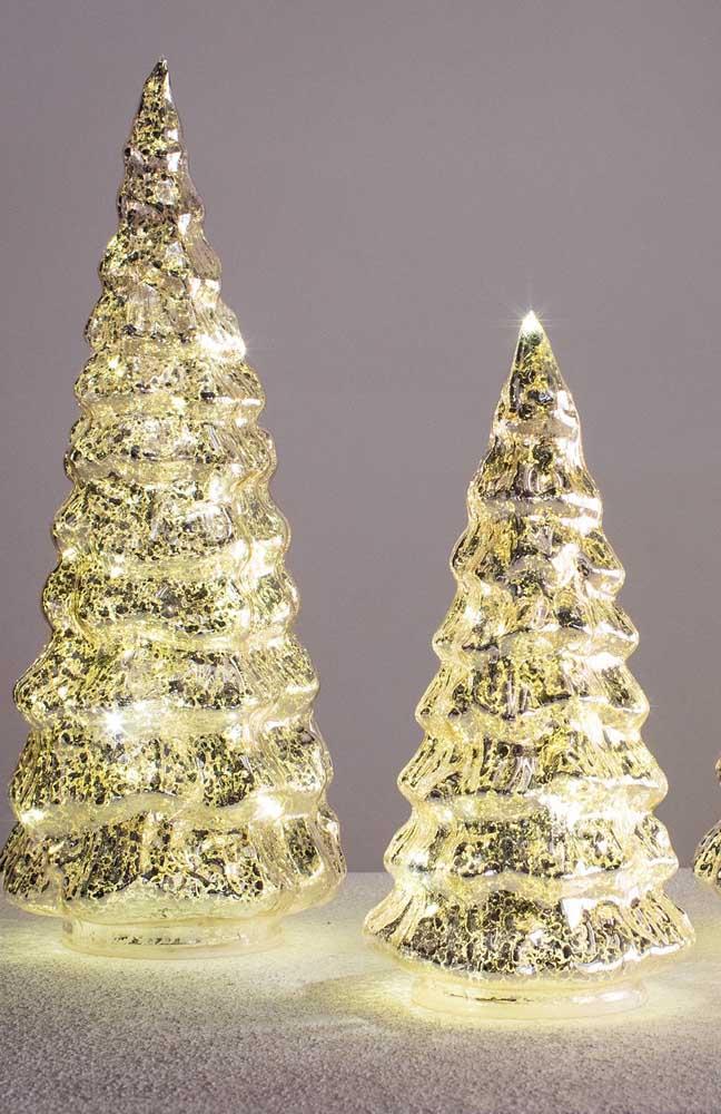 A árvore de natal dourada possui um brilho e uma luz natural combinando muito bem com a decoração dessa época