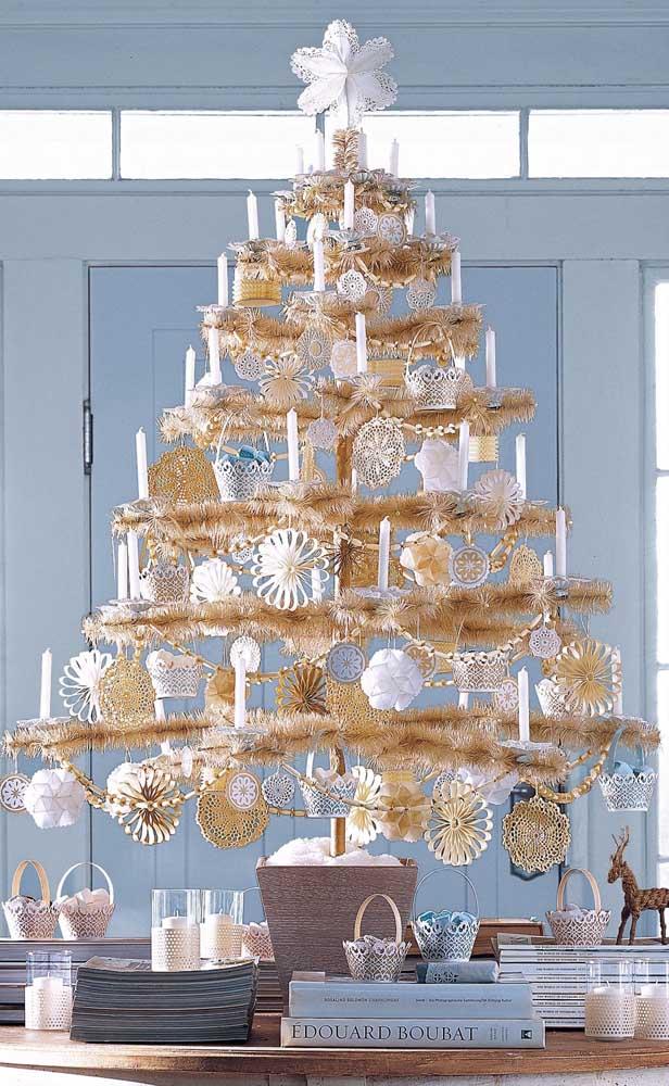 Já essa outra inspiração traz uma árvore de natal dourada em tamanho maior para ser usada sobre algum móvel