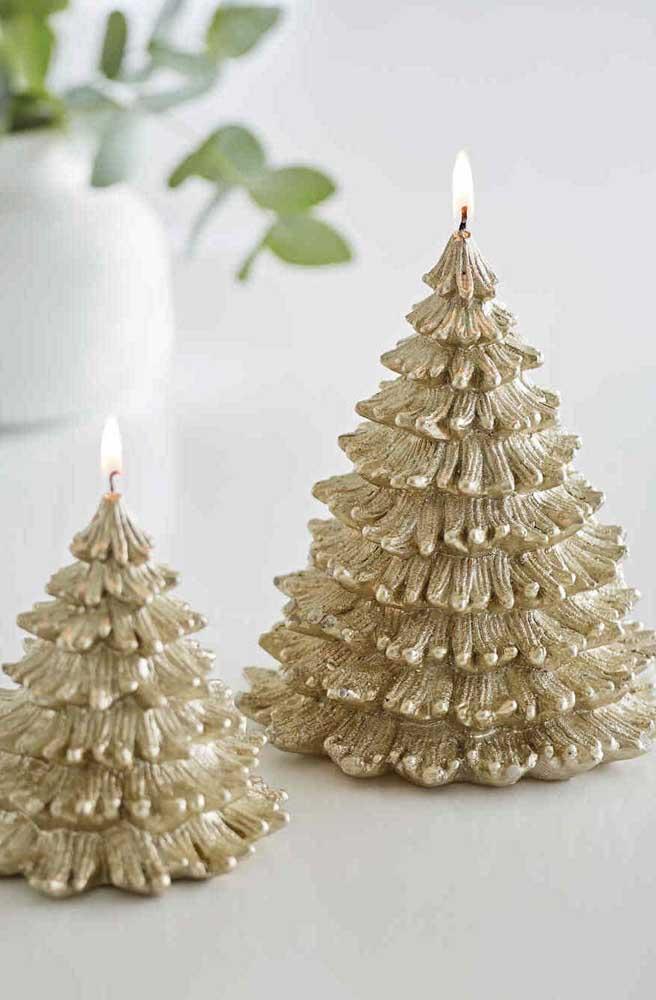 Velas em formato de árvore de natal dourada