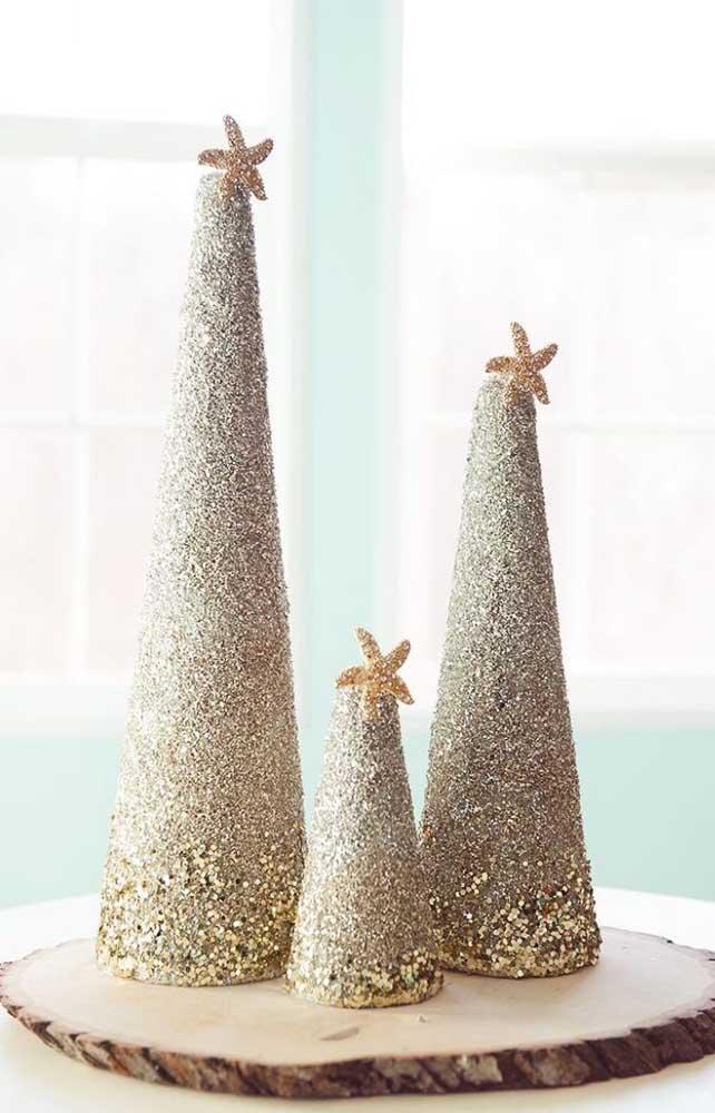 Conjunto de árvores de natal douradas para ser usado como centro de mesa