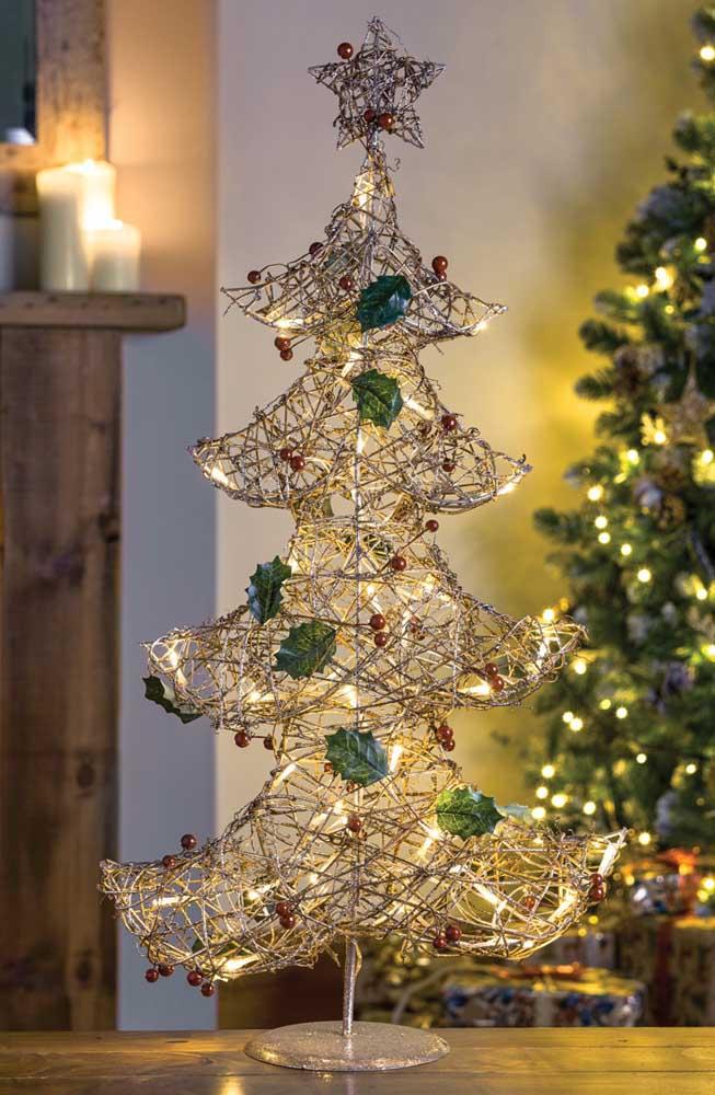 Simples, pequeno e delicado modelo de árvore de natal dourada