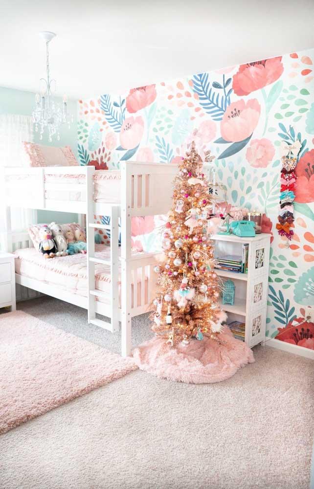 O quartinho das crianças também foi decorado para o natal e adivinhe com o quê? Uma árvore de natal dourada