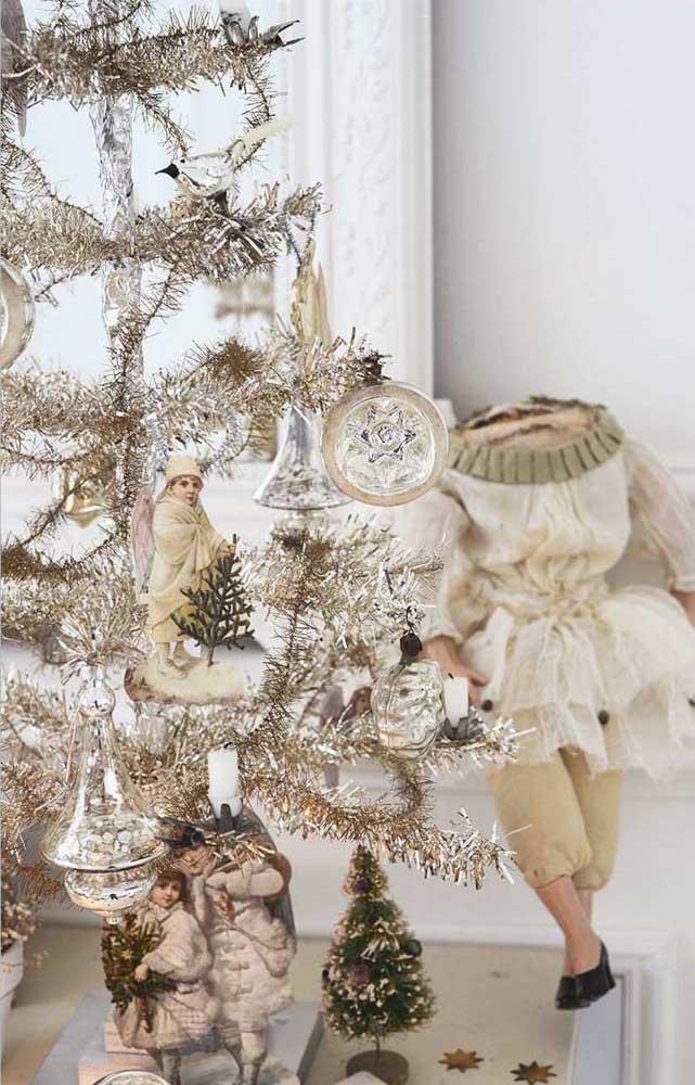 Árvore de natal dourada decorada com poucos, mas expressivos enfeites