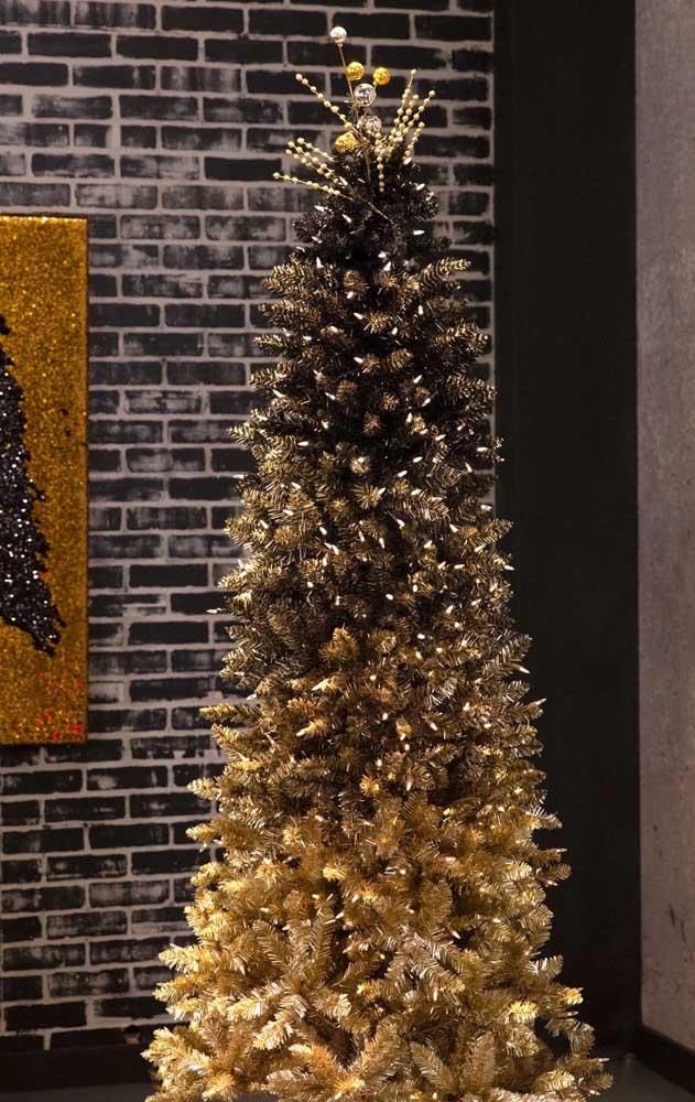 Essa linda árvore de natal ganhou um degrade de tons que começa na base com o dourado e termina no topo com o verde