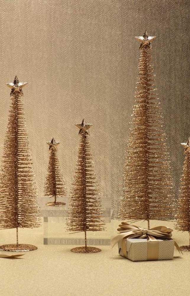 Miniaturas simples de árvore de natal dourada para espalhar pela casa