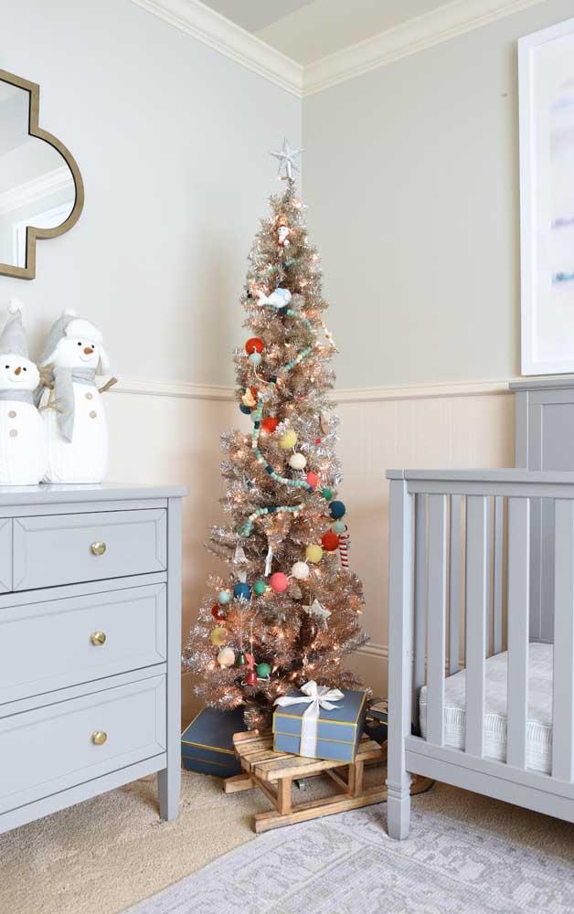Uma árvore de natal decorada feita exclusivamente para o bebê da casa