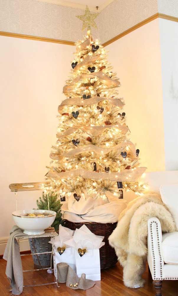 Muitas luzes para deixar a árvore de natal dourada ainda mais iluminada e brilhante