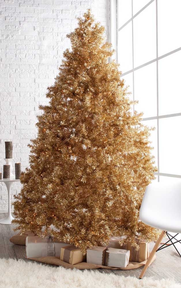 Essa árvore de natal dourada é tão cheia e completa que nem precisou de enfeites