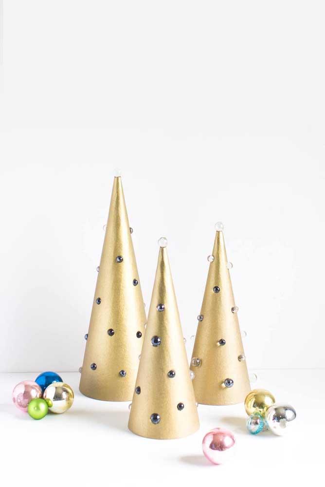 Cones dourados se transformam em árvore de natal por aqui