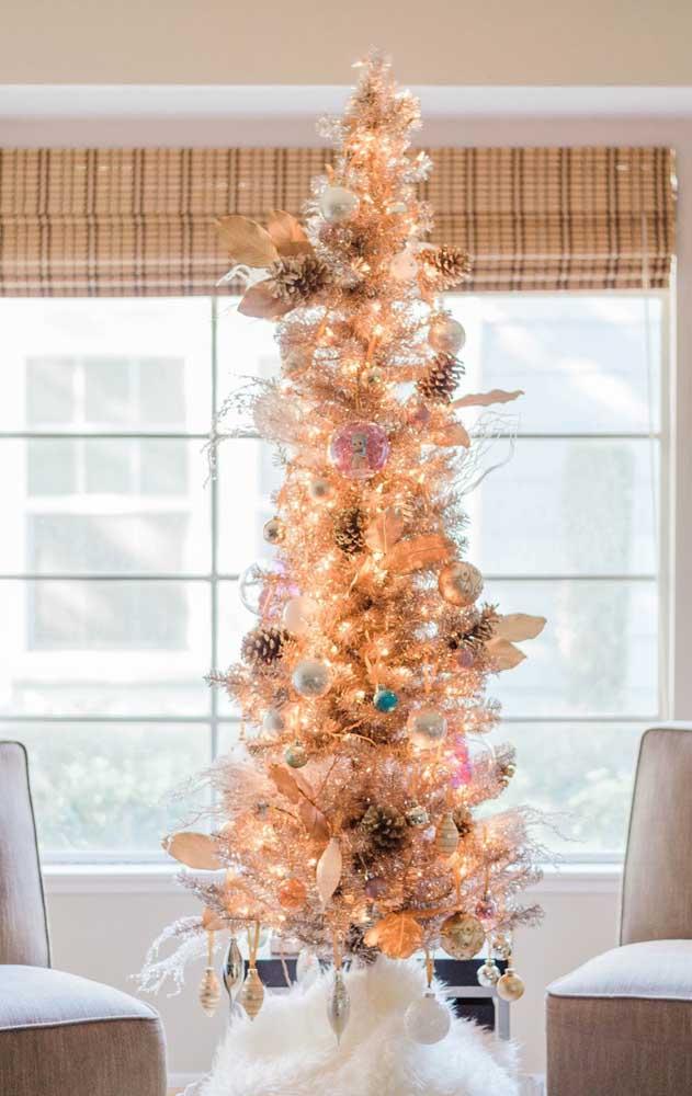 Pisca pisca, bolinhas e pinhas não podem faltar na decoração de uma árvore de natal dourada tradicional