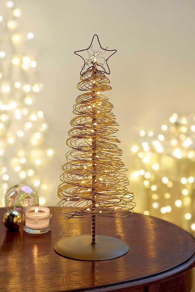 Árvore de natal dourada pequena e simples feita com arame torcido em formato espiral