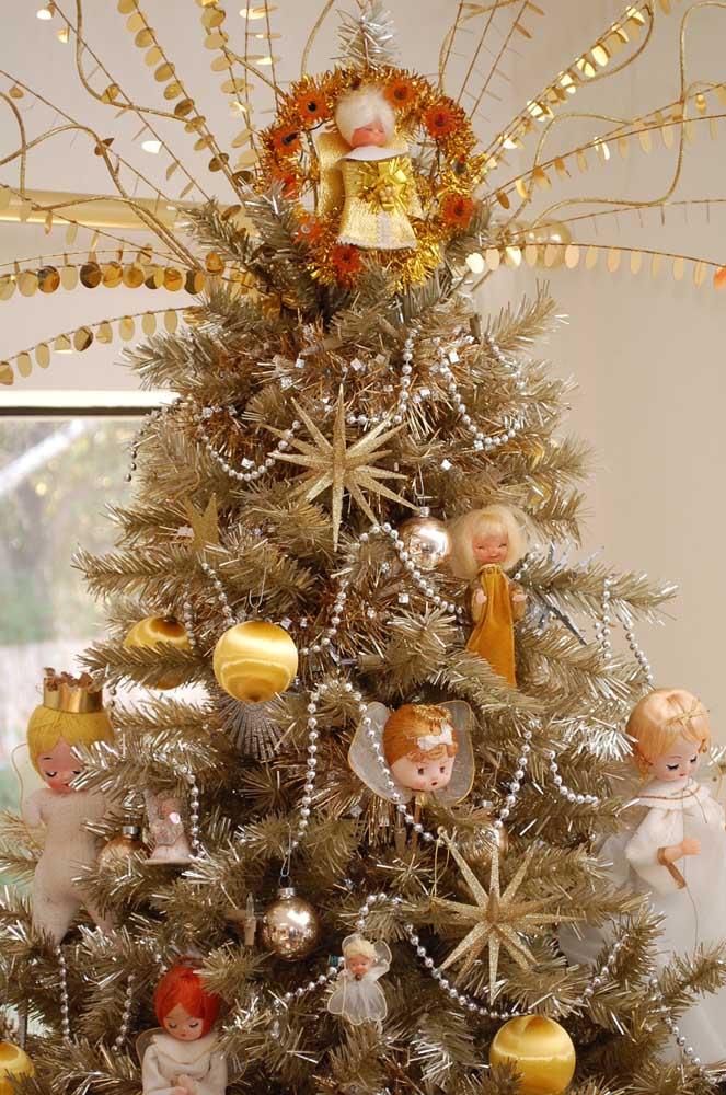 Anjinhos delicados enchem de graça essa árvore de natal dourada