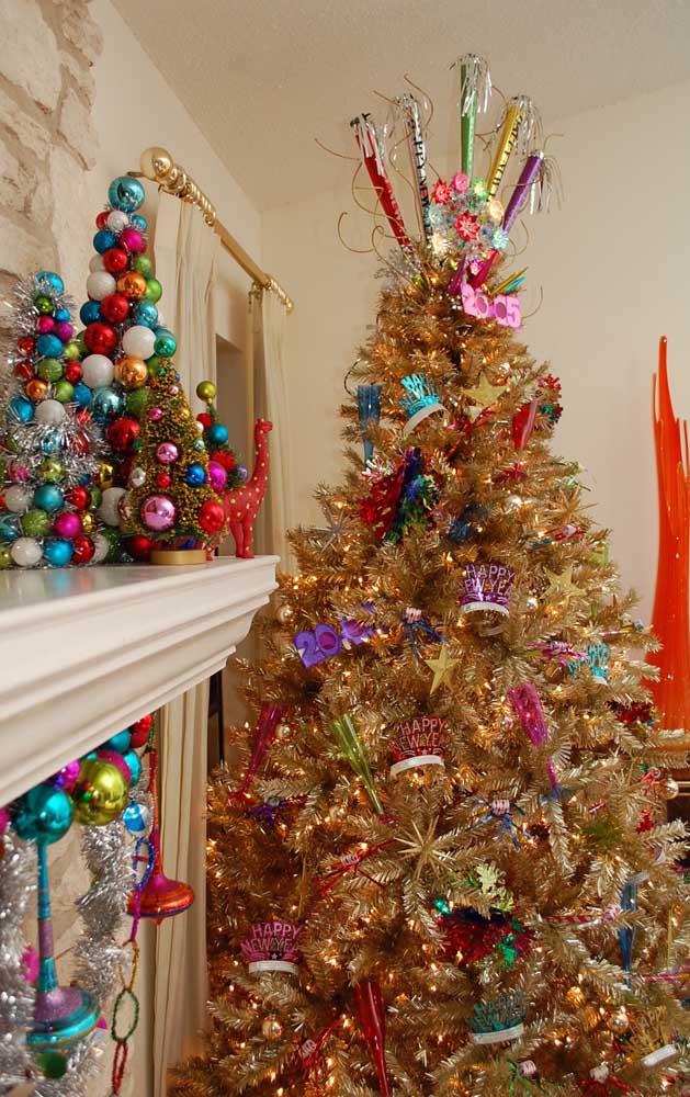 Enquanto nessa outra inspiração, a árvore de natal dourada já faz a contagem regressiva para o ano novo