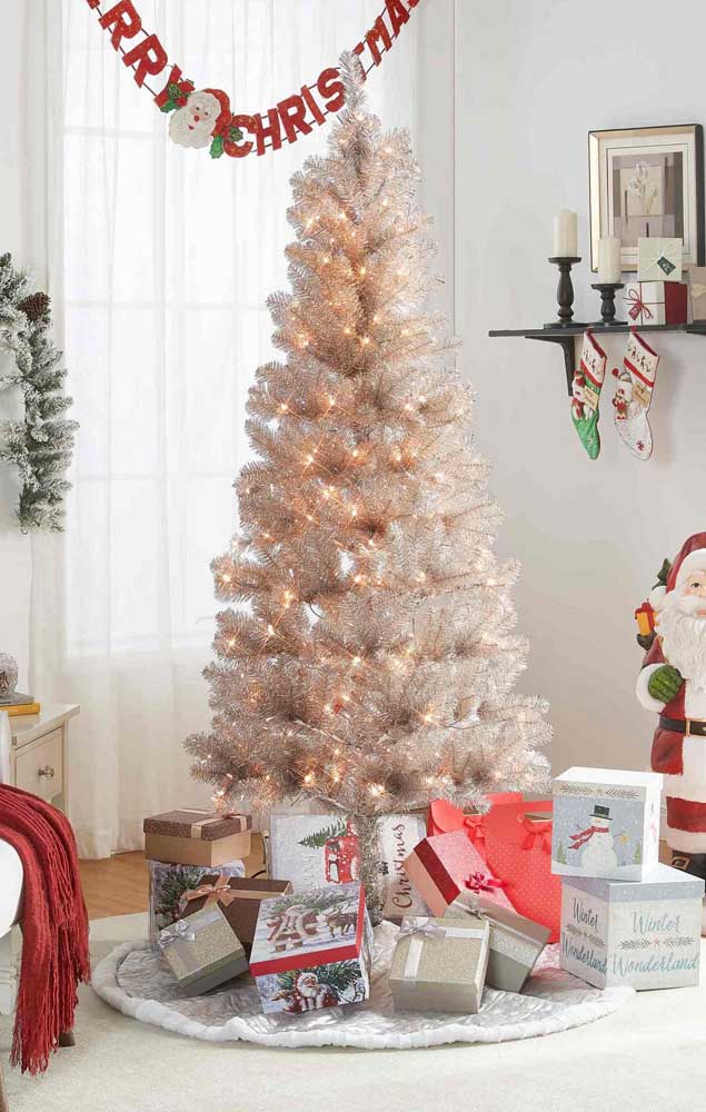 Para quem prefere uma decoração de natal mais clean e neutra pode apostar nessa ideia: árvore de natal branca com luzes douradas