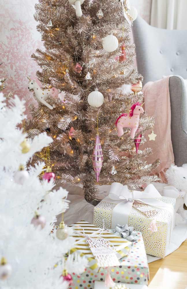 Detalhe da decoração da árvore de natal vista na imagem anterior; os enfeites de unicórnio são o grande atrativo da decoração