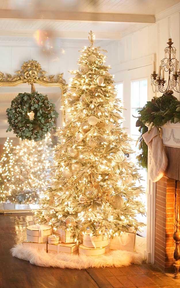 Puro glamour essa decoração de natal com a árvore dourada e completamente iluminada