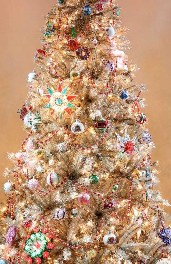 Agora, se é uma árvore de natal dourada com enfeites bem coloridos que você procura, acaba de encontrar a inspiração perfeita