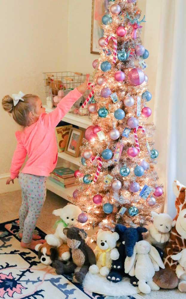 Aproveite e chame as crianças para participar desse momento tão especial que é a montagem da árvore de natal