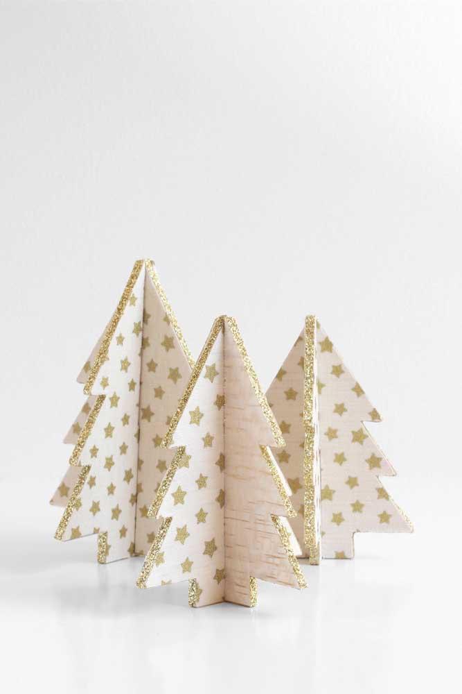 Se a grana estiver curta ou você não tiver muito espaço na sua casa, considere a possibilidade de fazer uma árvore de natal dourada pequena de papel
